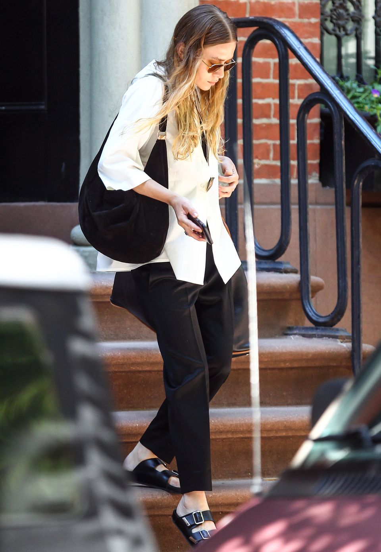 Ihre Verwandlung zur Fashionista im Oma-Look deutet sich bereits einige Wochen zuvor an. Das viel zu große Sakko hält Ashley Olsen mit einer Öko-Brosche zusammen und stimmt diese auf ihre Latschen ab, die sie im vergangenen Jahr - keiner weiß wieso - zu ihren neuesten Liebelingsschuhen kürte.