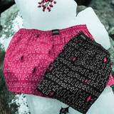 Pinguine bevölkern die diesjährigen X-mas-Boxer im Allover-Print in klassischem Schwarz oder in frischem Arctic Pink in 100 % Baumwolle. Als Weihnachts-Edition werden sie in einer schwarzen Metall-Dose geliefert. XMas-Boxershort von Jockey, circa 20 Euro.