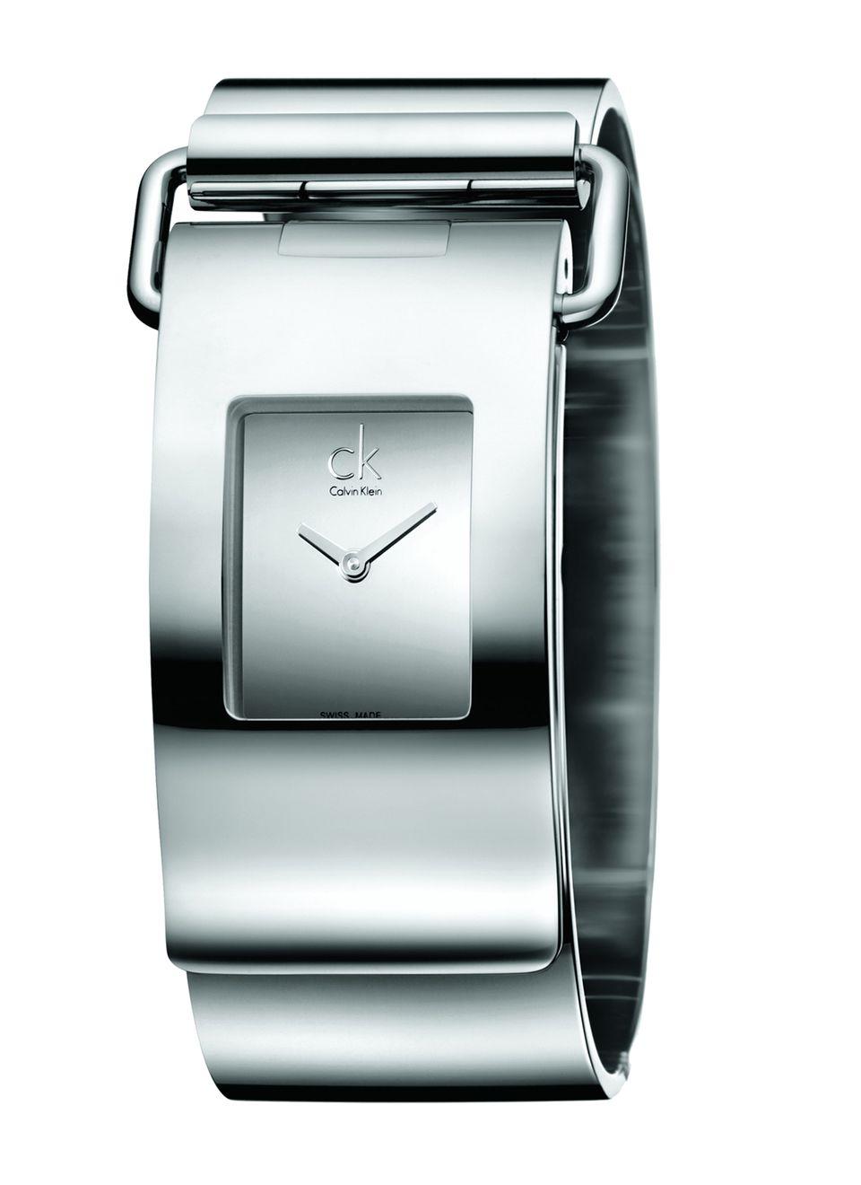 Sie haben Manschetten vor breiteren Uhren? Dieses Modell schmeichelt jedem Handgelenk. Mit aufklappbarem Scharnier, von ck Calvin Klein, ca. 345 Euro