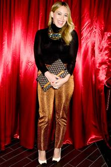 Perfekte Kombi: Zur schillernden Hose trägt Hilary Duff ein strahlendes Lächeln