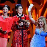"""Nadja Uhl wird ausgezeichnet in der Kategorie """"Beste Schauspielerin"""". Jessica Schwarz und Jasmin Gerat freuen sich mit der Gewinnerin."""
