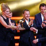 """35 """"Tatort""""-Kommissare, allen voran Maria Furtwängler, ehren den Erfinder der Krimireihe, Gunther Witte, mit einem Bambi."""