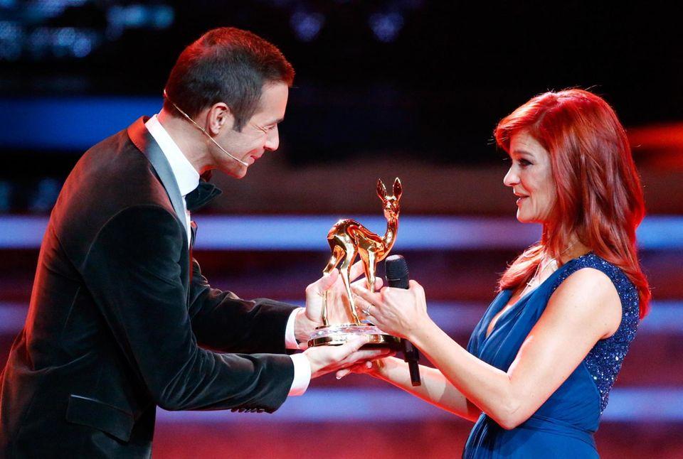 Kai Pflaume überreicht der zu Tränen gerührten Andrea Berg einen Sonderpreis der Jury.