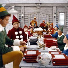 """""""Buddy - Der Weihnachtself""""  Will Ferrell wächst in """"Elf"""" als Mensch unter den Elfen auf. Bald merkt """"Buddy"""", dass er nicht in diese Welt passt und macht sich nach New York auf um seinen leiblichen Vater zu finden.   Der Film von 2003 ist eine Komödie für die ganze Familie."""