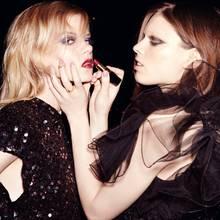 Farbtupfer Kadri trägt ein Paillettenkleid von Patrizia Pepe und Strass-Ohrringe von Louis Vuitton, Ida ein Vintage-Kleid von Vera Mont. Die schmalen Goldringe sind von Maria Black