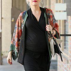 Gwen Stefanis farbenfroher Seidenkimono ist ein schöner Kontrast zum sonst schwarzen Outfit.