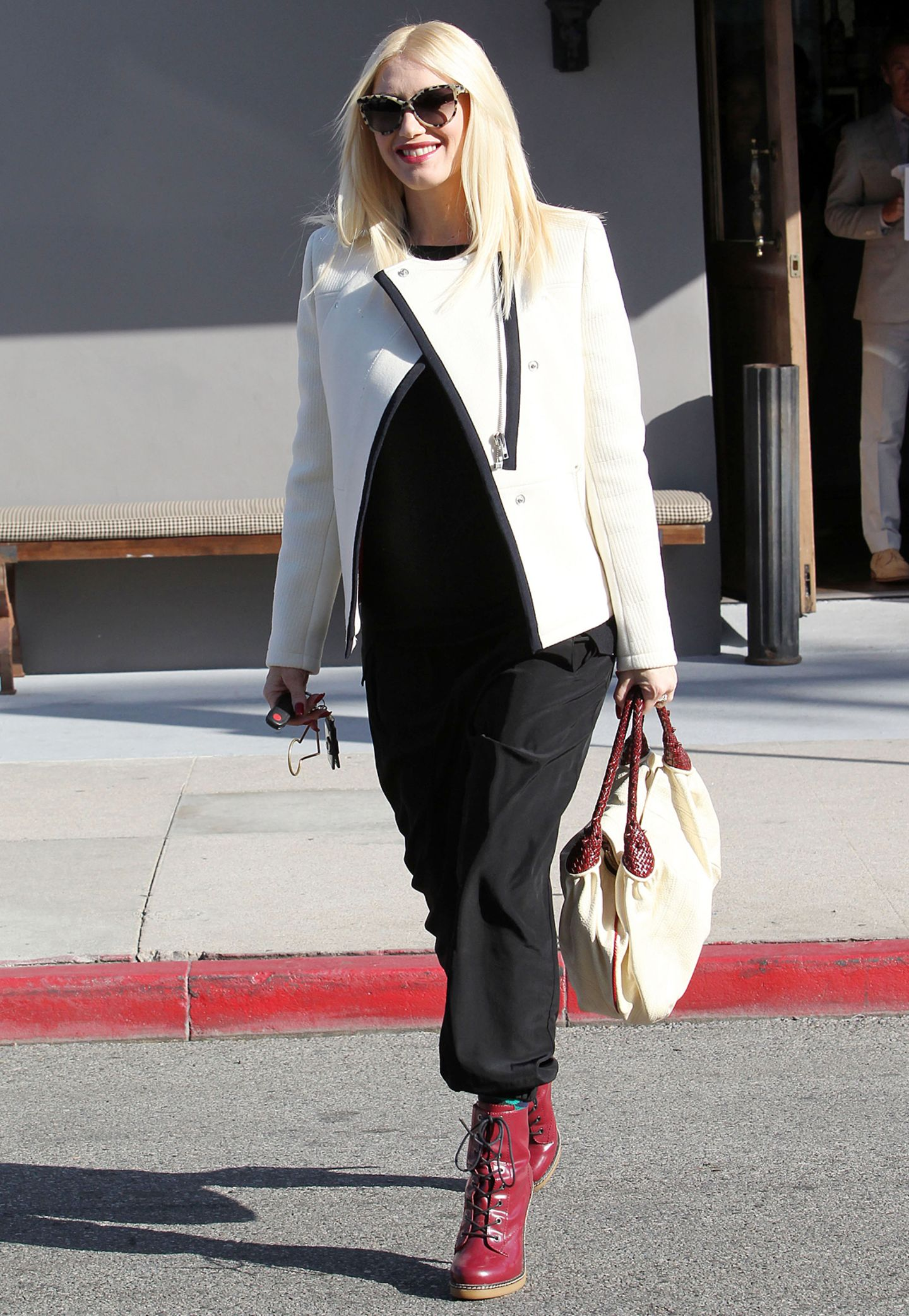 In einer weißen Jacke des günstigen Labels H&M schlendert Gwen Stefani lächelnd durch Los Angeles.