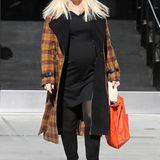 Winterliche Farben und eine matt-schwarze Sonnenbrille im Oversize-Format bestimmen den komfortablen Look von Gwen Stefani.