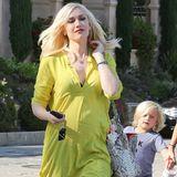 Farbklecks: In der neongelben Tunika getragen mit dunkler Slim-Jeans ist Gwen Stefani nicht zu übersehen.