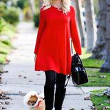 In einem luftigen roten Kleid macht sich die werdende Mutter Gwen Stefani auf zum Thanksgiving-Dinner bei ihren Eltern.