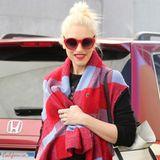Hohoho! Weihnachtlich rot mit karierter, langer Wollweste zeigt sich Gwen Stefani beim Last-Minute-Shopping in L.A.