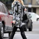 Reiterstiefel und Camouflage-Jacke: Auch der etwas derbere Military-Look steht Gwen Stefani hervorragend.