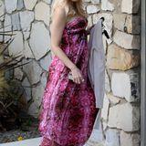 Im langen, trägerlosen Empire-Kleid besucht Gwen eine Babyshower-Party. Richtig romantisch wird ihr Look aber erst mit dem Blumenkranz im Haar.