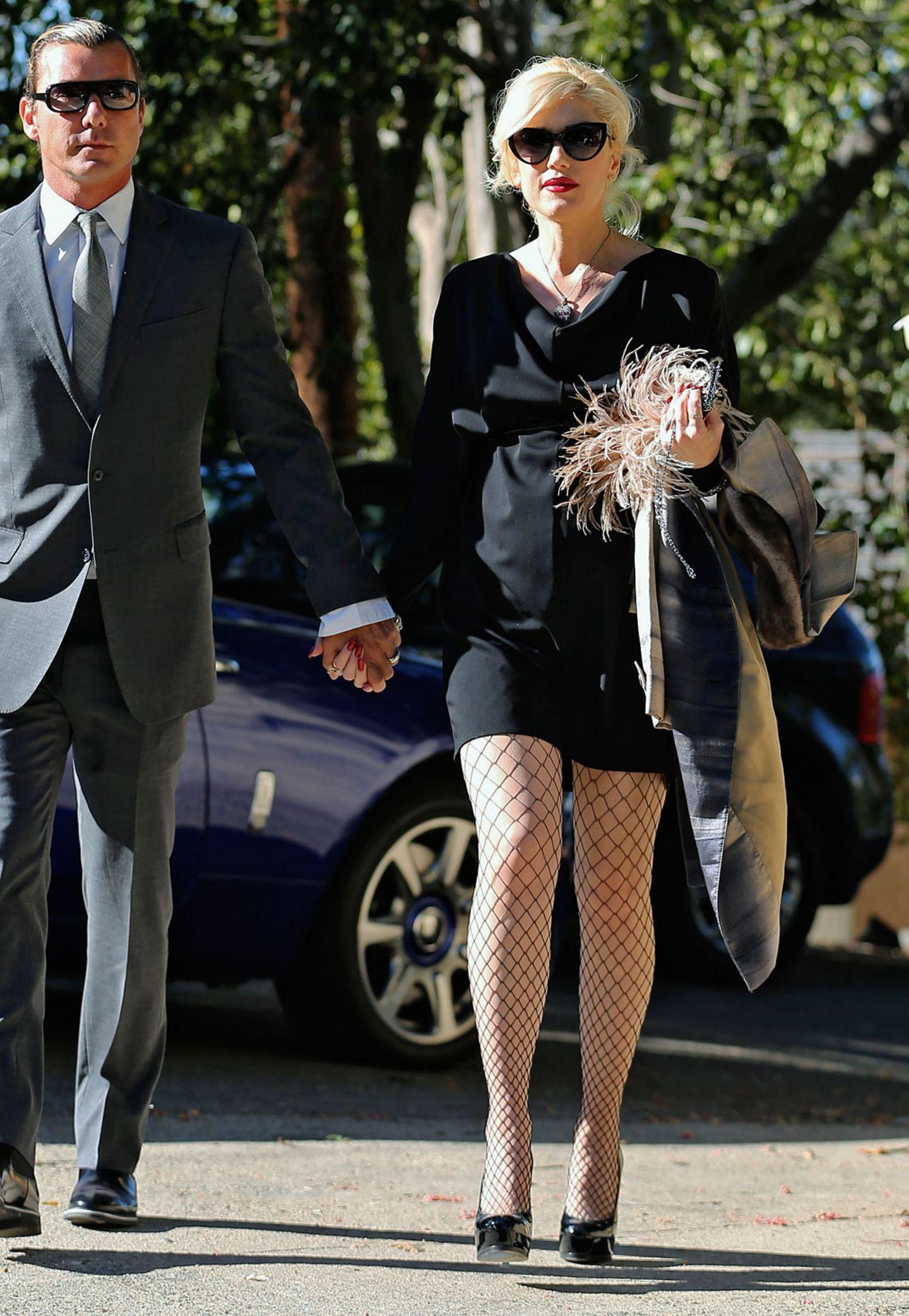 Im langärmeligen Kleinen Schwarzen besucht Gwen Stefani mit ihrem Mann Gavin Rossdale eine Hochzeit. Verruchtes Accessoire dabei ist die Netzstrumpfhose.