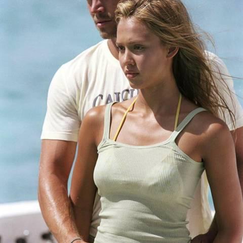 """Jessica Alba  Jessica Alba und Paul Walker standen gemeinsam 2005 für den Film """"Into the Blue"""" vor der Kamera. """"Er war so ein liebevoller Mensch. So süß und bodenständig. Ich bin im Herzen bei seiner Familie"""", schreibt sie auf ihrem Twitterprofil."""