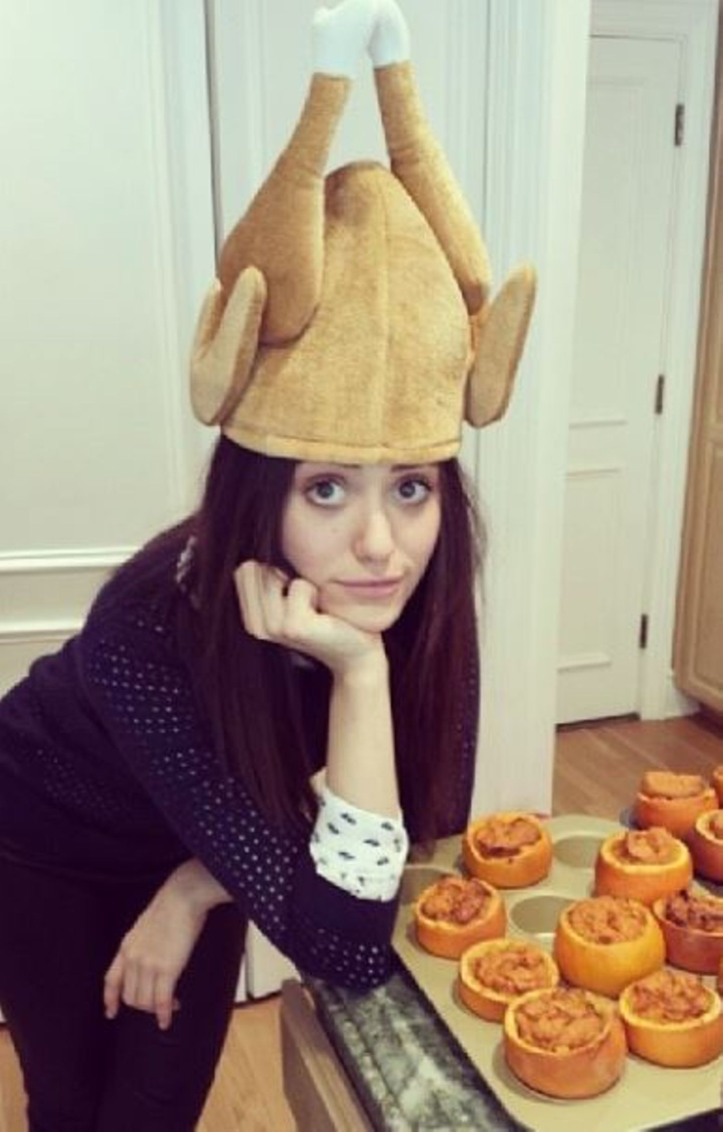 Emmy Rossum hat ihren Turkey-Hut für das Fest aus dem Schrank gekramt.
