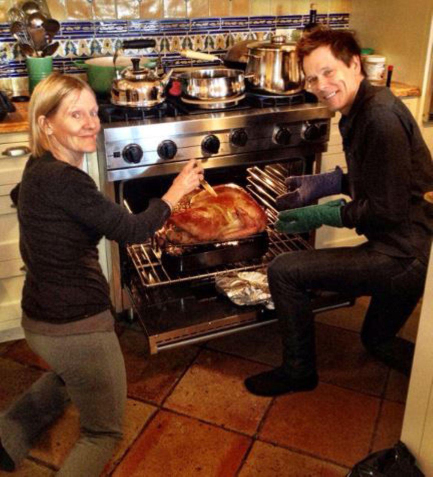 Kevin Bacon bereitet gemeinsam mit seiner Schwester das Festtagsmahl.