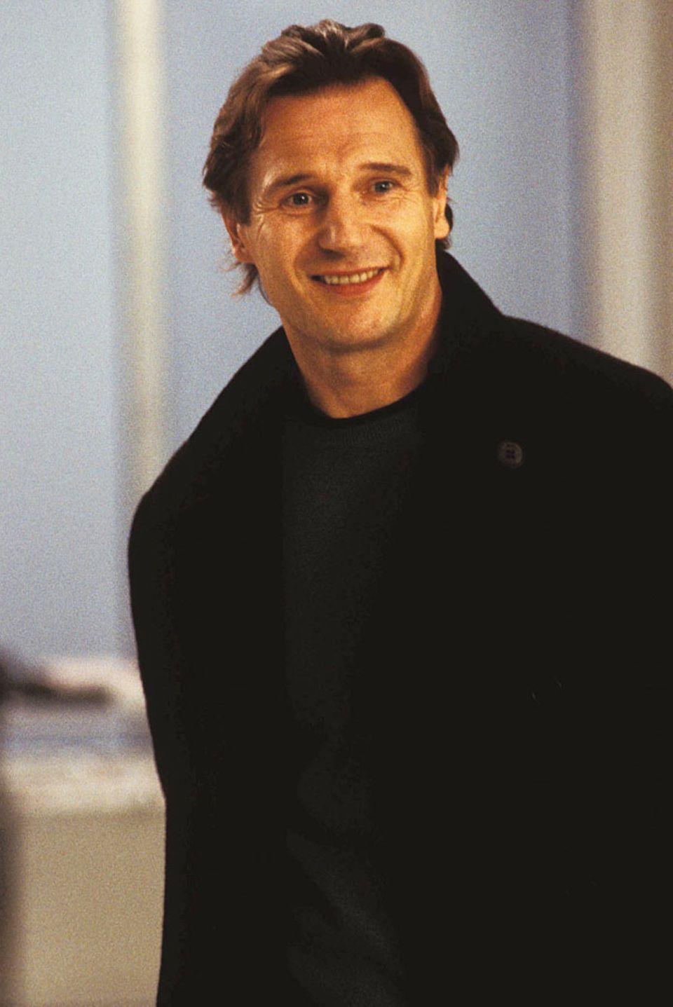 """Dem breiten Publikum eher aus """"Schindlers Liste"""", Action- oder Fantasyfilmen bekannt, spielt Liam Neeson in der Romantikkomödie """"Tatsächlich Liebe"""" einen alleinerziehenden Witwer. 2012 spielte er die Hauptrolle in der Fortsetzung von """"96 Hours"""", 2016 das Monster in """"Sieben Minuten nach Mitternacht""""."""