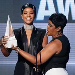 """Rihannas Mutter überreicht der Sängerin den """"Icon Award""""."""