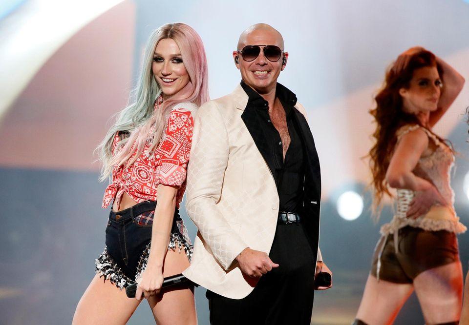 Kesha und Gastgeber Pitbull