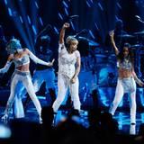 """Die Gruppe """"TLC"""" singt seinen alten Hit """"Waterfalls""""."""