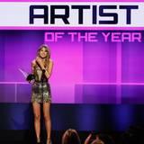 """Taylor Swift wird zum """"Artist of the Year"""" gewählt. Außerdem gewinnt die Sängerin in den Kategorien """"Favorite Female Artist Pop/Rock"""", """"Favorite Female Artist Country"""" und """"Favorite Album""""."""