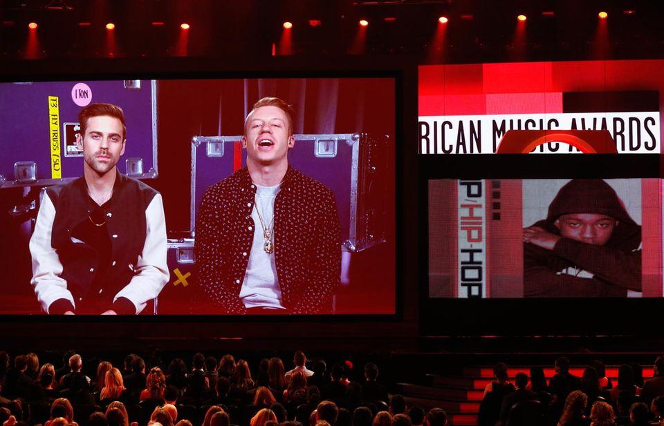 """Ryan Lewis und Macklemore bedanken sich per Schalte für die Auszeichnungen in den Kategorien """"Favorite Artist Rap/Hip Hop"""" und """"Favorite Album Rap/Hip Hop""""."""