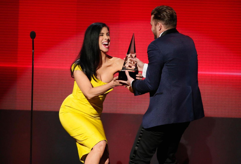 Sarah Silverman übergibt Justin Timberlake einen seiner Preise.