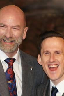 """Graham McTavish und Adam Brown amüsieren sich auf dem roten Teppich in Berlin. Im Film stellen sie die Zwerge """"Dwalin"""" und """"Ori"""" dar."""