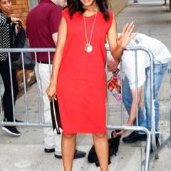 Zum locker geschnittenen Max-Mara-Kleid kombiniert Schauspielerin Kerry Washington eine goldene Kette, Schlangenleder-Pumps von Christian Louboutin und eine schwarze Clutch mit auffälligem, goldenen Reißverschluss.