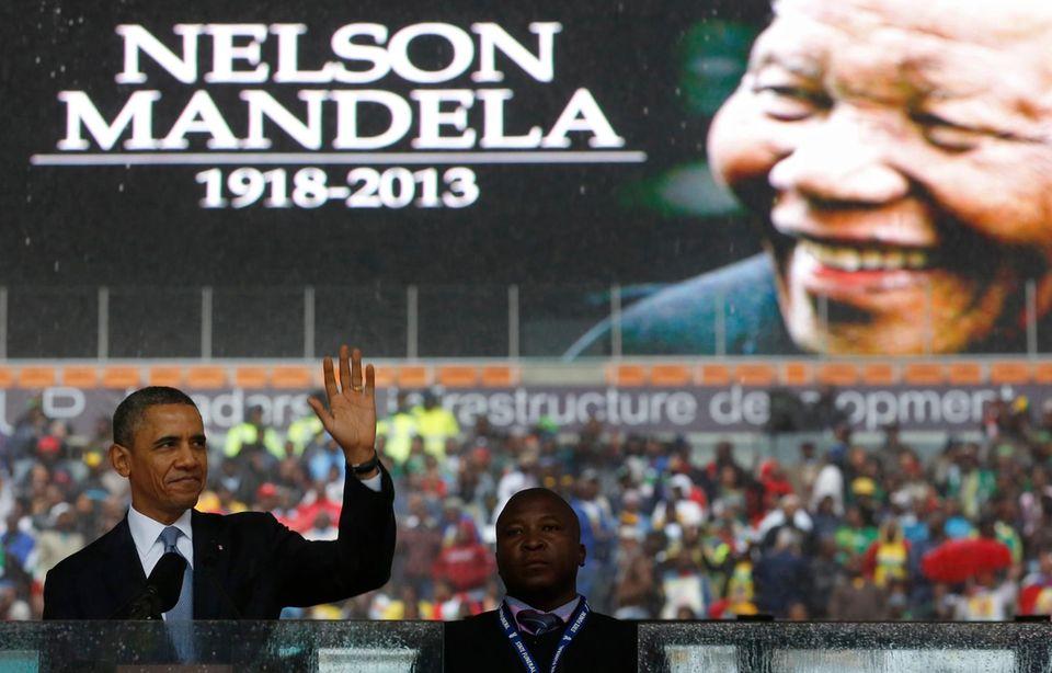 Im Fußballstadion von Johannesburg findet die offizielle Trauerfeier für Nelson Mandela statt. Trotz Regen sind tausende Anhänger gekommen. U.S. Präsident Barack Obama hält eine Rede in Gedenken an den verstorbenen Nobelpreisträger.