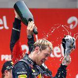 """27. Oktober 2013: Sebastian Vettel toppt alle Rekorde. Zum vierten Mal in Folge feiert der 26-Jährige als jüngster Fahrer aller Zeiten den Gewinn der Weltmeisterschaft in der Formel 1. Bereits vier Rennen vor dem Ende der Rennsaison beim """"Großen Preis von Indien"""" entscheidet der Heppenheimer den Titel für sich."""