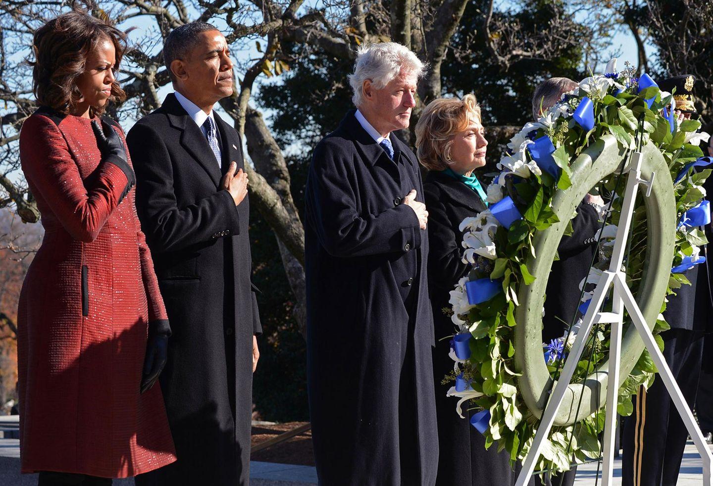 """22. November 2013:Michelle Obama, Barack Obama, Bill Clinton und Hillary Clinton gedenken dem vor 50 Jahren ermordeten Präsidenten John F. Kennedy und legen an seinem Grab auf dem """"Arlington National Cemetery"""" einen Kranz nieder."""