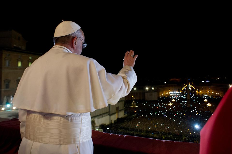 13. März 2013: Weißer Rauch über Rom: der Argentinier Jorge Mario Bergoglio wird zum Papst gewählt und nennt sich zukünftig Papst Franziskus. Das katholische Kirchenoberhaupt grüßt zum ersten Mal seine Anhänger vor dem Petersdom in der italienischen Hauptstadt.