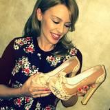 Mit Kylie Minogues Schleifchen-Plateau-Pumps ist jetzt ein Mitbieter gute 10 Zentimeter größer.