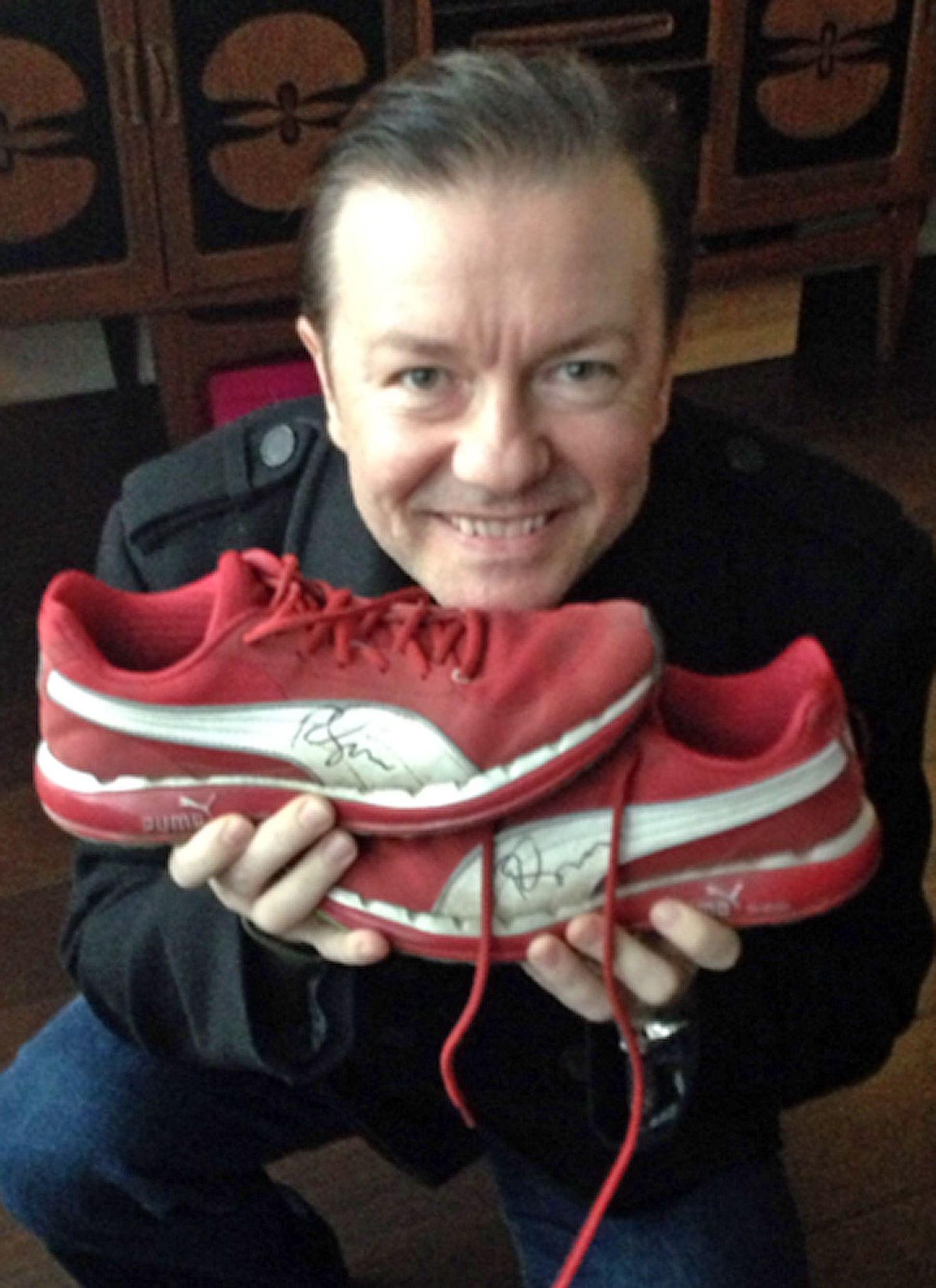 """Comedian Ricky Gervais spendet für """"Small Steps"""" seine roten Puma-Turnschuhe."""