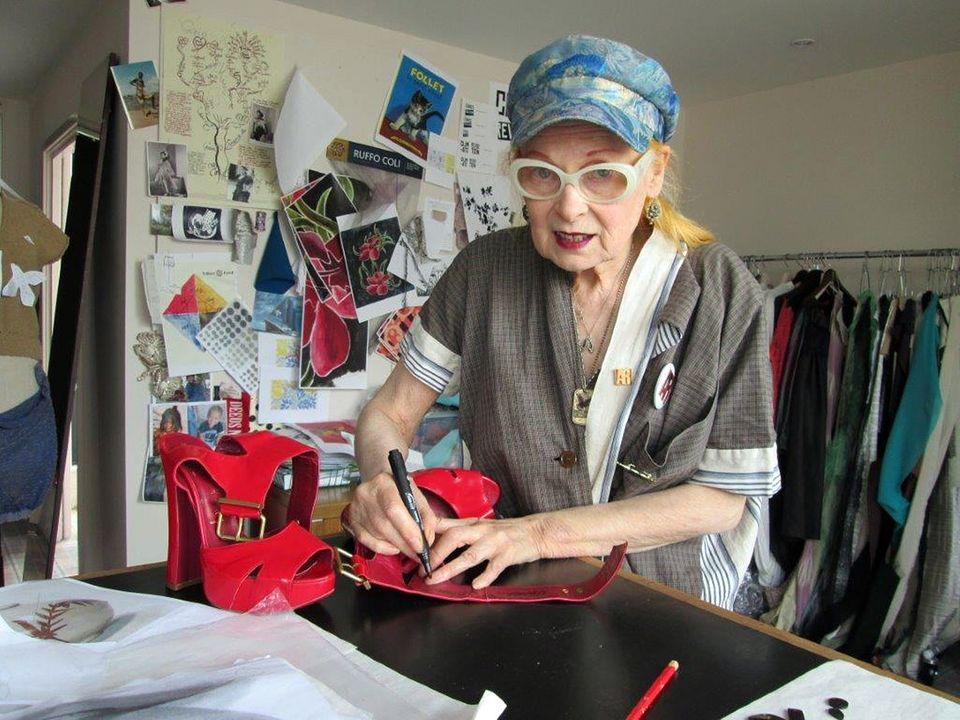 Designer-Legende Vivienne Westwood veredelt ihre roten Plateau-Pumps wie alle mitmachenden Stars noch mit ihrer Unterschrift.