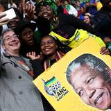 Trotz des traurigen Anlasses feiern die Mandela-Anhänger ausgelassen.