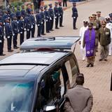 Mit einem Wagen wird der Sarg täglich vom Militärkrankenhaus zum Aufbahrungsort, einem Regierungsgebäude, gefahren.