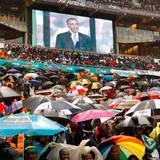 Bei Regenwetter kommen tausende Trauernde zum Stadion nach Johannesburg um an den Feierlichkeiten teilzunehmen.