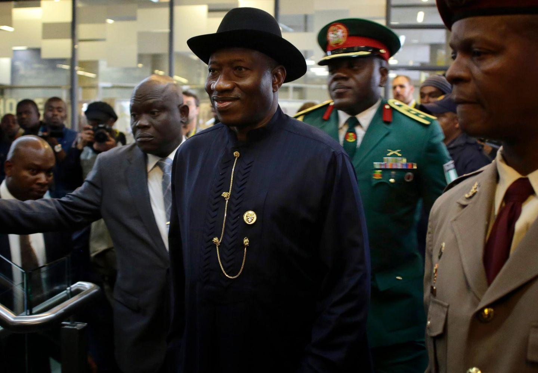 """Nigerias Präsident Goodluck Jonathan kommt zur Trauerfeier im """"First National Bank""""-Stadion."""