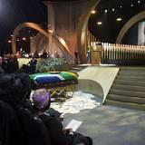 Zur offiziellen Beerdigung von Nelson Mandela in seinem Heimatort Qunu kommen Angehörige und 400 Ehrengäste. Südafrikas Nationalheld wird hier, 10 Tage nachdem er verstorben ist, im Familiengrab beigesetzt.