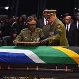 Militärs legen ein gerahmtes Foto von Mandela auf den Sarg.