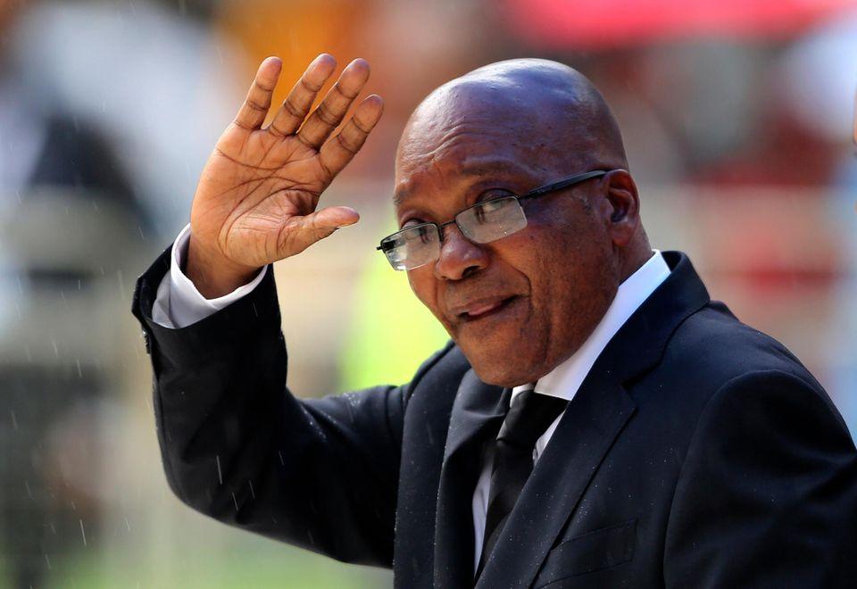 Im Fußballstadion von Johannesburg findet die offizielle Trauerfeier für Nelson Mandela statt. Trotz Regen sind tausende Anhänger gekommen. Selbstverständlich ist auch Südafrikas amtierender Präsident Jacob Zuma dabei.