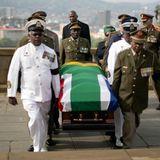 Militärs tragen den Sarg mit dem Leichnam von Neslon Mandela zum Regierungskomplex in Pretoria. Hier wird Nelson Mandela drei Tage lang öffentlich aufgebahrt.