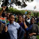 Am Straßenrand feiern die Mandela-Anhänger um den Nobelpreisträger zu ehren.