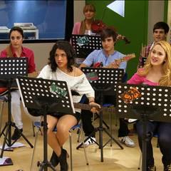 """In Buenos Aires angekommen, nimmt """"Violetta"""" Klavierstunden in der Musikschule """"Studio 1"""". Dort lernt sie """"Léon (Jorge Blanco), """"Andrés"""" (Nicolás Garnier), """"Ludmila"""" (Mercedes Lambre) und """"Naty"""" (Alba Rico, im Uhrzeigersinn) kennen..."""