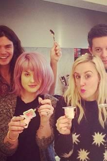 Mit Joghurt statt Sekt stößt Kelly Osbourne mit ihrem Verlobten und ihren Freunden auf das neue Jahr an.