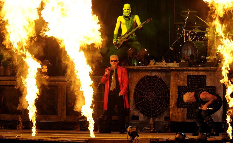 """1. August 2013: Zwei musikalische Welten vereint auf einer Bühne: Schlagerstar Heino rockt gemeinsam mit """"Rammstein"""" beim """"Wacken Open Air Festival"""" in Schleswig-Holstein."""