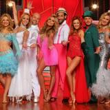 """Dem Sieger der """"Let's Dance - Let's Christmas""""-Show winkt ein Scheck über zentausend Euro, der dann für karikative Zwecke vergeben wird."""